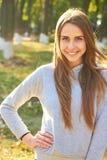 Ritratto di giovane ragazza in buona salute sorridente di mattina dopo l'esercitazione all'aperto Energia e sport sani fotografie stock libere da diritti