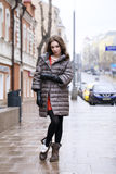 Ritratto di giovane ragazza castana alla moda in un piumino grigio Fotografia Stock Libera da Diritti