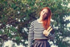 Ritratto di giovane ragazza della testarossa con i libri Fotografie Stock Libere da Diritti