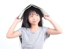 Ritratto di giovane ragazza felice con il libro Immagini Stock