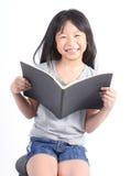 Ritratto di giovane ragazza felice con il libro Fotografia Stock