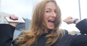 Ritratto di giovane ragazza graziosa che clicca sull'aria stock footage
