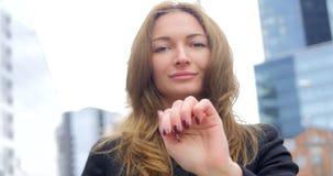 Ritratto di giovane ragazza graziosa che clicca sull'aria video d archivio