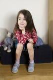 Ritratto di giovane ragazza sorridente sveglia con capelli lunghi fotografia stock