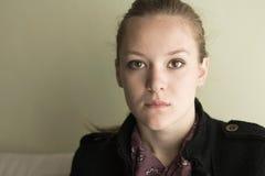 Ritratto di giovane ragazza teenager seria. Fotografie Stock