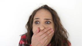 Ritratto di giovane ragazza teenager sorpresa e colpita su un fondo bianco Movimento lento 3840x2160 stock footage
