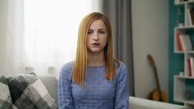 Ritratto di giovane ragazza triste nel suo salone accogliente stock footage