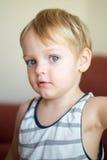 Ritratto di giovane ragazzo che si trova sul sofà a casa Fotografie Stock
