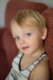 Ritratto di giovane ragazzo che si trova sul sofà a casa Immagini Stock