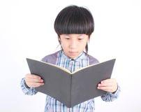 Ritratto di giovane ragazzo felice con il libro Immagine Stock Libera da Diritti