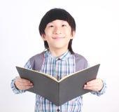 Ritratto di giovane ragazzo felice con il libro Fotografia Stock Libera da Diritti