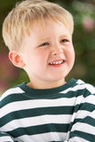 Ritratto di giovane ragazzo sorridente all'aperto Fotografia Stock