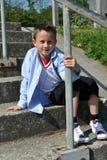 Ritratto di giovane ragazzo sulle scale Fotografie Stock Libere da Diritti