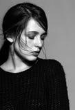Ritratto di giovane ritratto castana della donna di bellezza in fashio nero Fotografia Stock Libera da Diritti