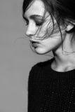 Ritratto di giovane ritratto castana della donna di bellezza in fashio nero Immagini Stock Libere da Diritti