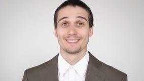 Ritratto di giovane riuscito uomo d'affari sorridente attraente su un fondo bianco Movimento lento 3840x2160 archivi video