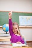 Ritratto di giovane scolara che solleva la sua mano Immagine Stock