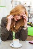 Ritratto di giovane seduta sveglia della donna elegante all'aperto in un caffè i Fotografia Stock Libera da Diritti