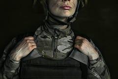 Ritratto di giovane soldato femminile fotografie stock libere da diritti