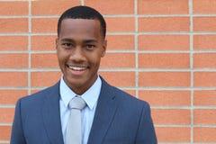 Ritratto di giovane sorridere africano sicuro bello dell'uomo d'affari felice, esaminante macchina fotografica con lo spazio dell Fotografie Stock