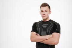 Ritratto di giovane sportivo sicuro che sta con le mani piegate Fotografia Stock