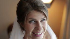 Ritratto di giovane sposa sveglia che posa alla macchina fotografica archivi video