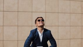 Ritratto di giovane strappo sicuro dell'uomo d'affari documenti giuridici L'uomo si dimette dal suo lavoro e sorride alla macchin archivi video