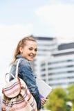 Ritratto di giovane studentessa felice alla città universitaria dell'istituto universitario Immagine Stock Libera da Diritti