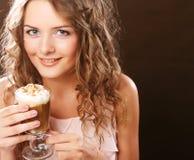 Ritratto di giovane tazza bionda del latte del caffè della tenuta della donna Fotografie Stock Libere da Diritti