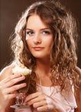 Ritratto di giovane tazza bionda del latte del caffè della tenuta della donna Immagini Stock