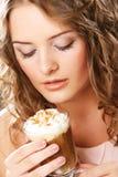 Ritratto di giovane tazza bionda del latte del caffè della tenuta della donna Fotografia Stock Libera da Diritti