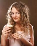 Ritratto di giovane tazza bionda del latte del caffè della tenuta della donna Immagini Stock Libere da Diritti
