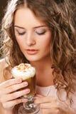 Ritratto di giovane tazza bionda del latte del caffè della tenuta della donna Fotografia Stock