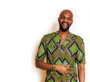 Ritratto di giovane uomo africano bello che indossa gesturing sorridente del costume nazionale verde intenso, roba di spettacolo immagine stock