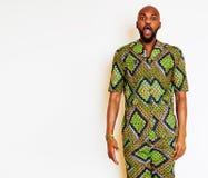Ritratto di giovane uomo africano bello che indossa nati verde intenso Immagine Stock Libera da Diritti
