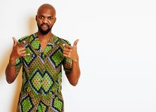 Ritratto di giovane uomo africano bello che indossa nati verde intenso Fotografia Stock Libera da Diritti