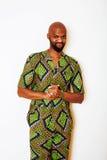 Ritratto di giovane uomo africano bello che indossa nati verde intenso fotografia stock