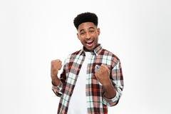 Ritratto di giovane uomo africano soddisfatto allegro Fotografia Stock