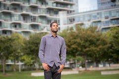 Ritratto di giovane uomo afroamericano in neighborho residenziale Fotografia Stock Libera da Diritti