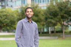 Ritratto di giovane uomo afroamericano in neighborho residenziale Immagini Stock Libere da Diritti