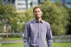 Ritratto di giovane uomo afroamericano in neighborho residenziale Immagine Stock