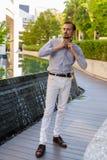 Ritratto di giovane uomo alla moda barbuto all'aperto immagine stock