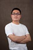 Ritratto di giovane uomo asiatico in una maglietta bianca Immagini Stock Libere da Diritti