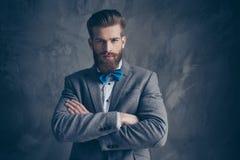 Ritratto di giovane uomo barbuto serio con i baffi in una st del vestito fotografie stock libere da diritti
