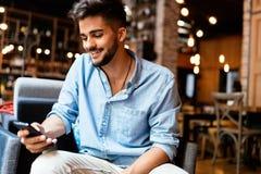 Ritratto di giovane uomo bello in camicia blu fotografia stock libera da diritti