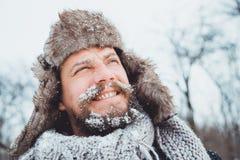 Ritratto di giovane uomo bello con una barba Una fine della persona su di un uomo barbuto Fotografie Stock Libere da Diritti