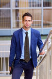 Ritratto di giovane uomo bello di affari con il computer portatile Fotografie Stock