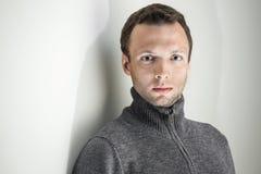 Ritratto di giovane uomo bello su fondo bianco Immagine Stock