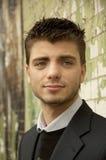 Ritratto di giovane uomo bello vicino al wa del mattone Fotografia Stock Libera da Diritti
