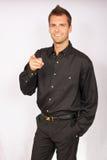 Ritratto di giovane uomo d'affari in camicia nera immagini stock